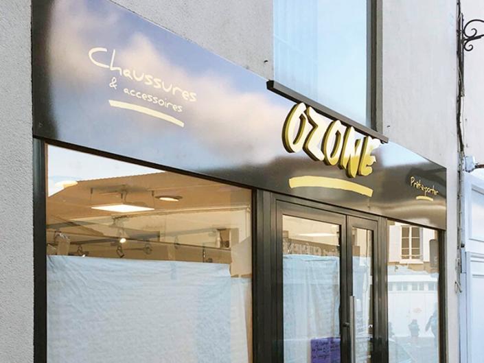 Enseigne de magasin Ozone à Vertou (44) - Adhésif Publicité - Votre signalétique adhésive sur Nantes (44)
